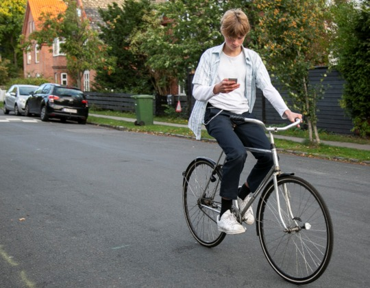 Mange unge bruger mobil på cyklen