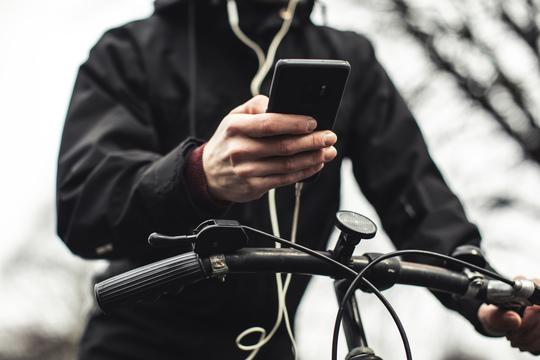 Hver tredje cyklist bruger mobilen
